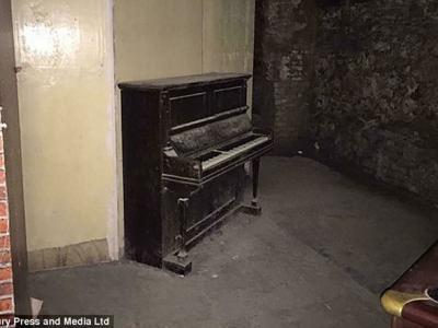 英国探险队古屋玩灵应牌 意外拍到钢琴自己响