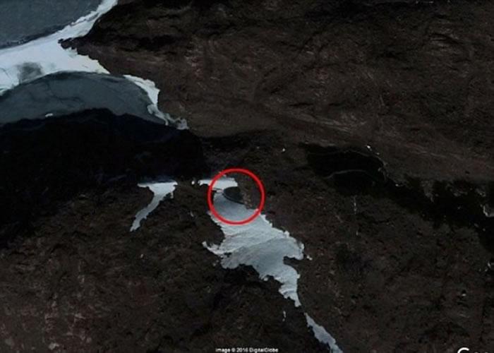 有人指在南极的山洞中发现飞碟(红圈示)。