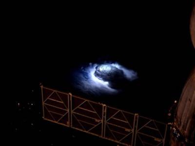 """国际空间站丹麦宇航员拍到""""红色精灵""""及""""蓝色喷流""""神秘闪光 或解地球辐射平衡之谜"""