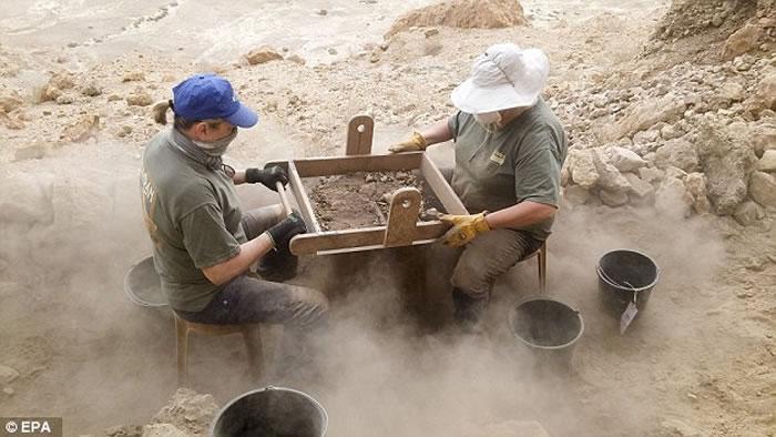 """考古学家时隔60年再次发现新的""""死海古卷""""洞穴"""