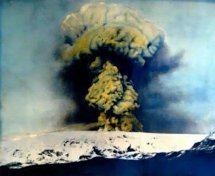卡特拉火山开始活跃,图为该火山于1918年爆发情况。