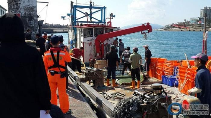 台湾花莲定置渔网捞获保育鱼类鬼蝠魟