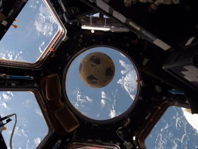 还挑战者号航天飞机罹难者心愿 美国宇航员带足球上国际空间站