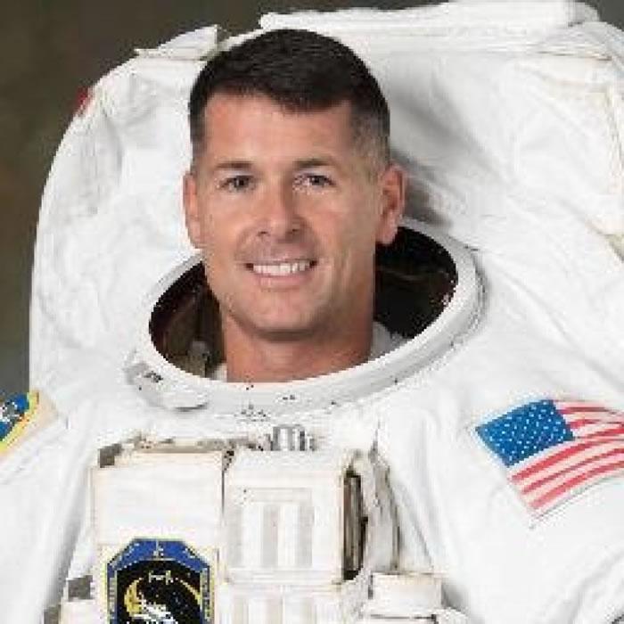 金布罗将足球带上太空站。