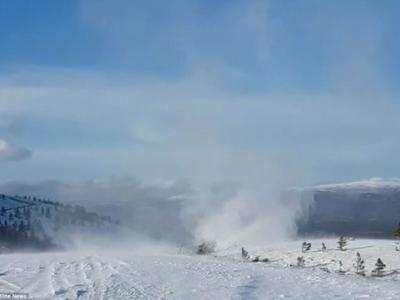 英国苏格兰凯恩戈姆国家公园出现罕见雪龙卷