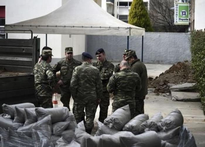 军人围在发现二战炸弹位置,议论纷纷。