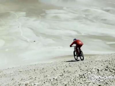 奥地利单车手Markus Stockl在智利阿塔卡马沙漠俯冲时速167公里破世界纪录