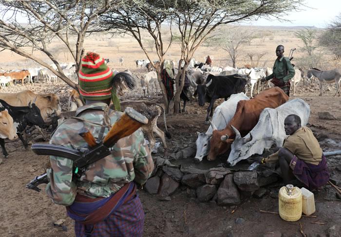 武装牧民携带枪枝顾守水源边,保护他们的牲畜。