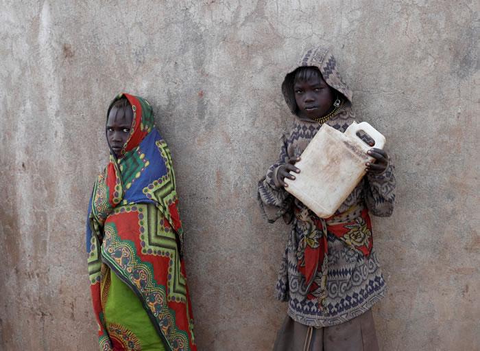 肯尼亚居民受旱没水喝。