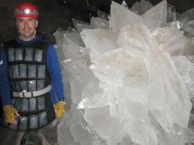 美国宇航局科学家成功将困在墨西哥奈卡矿中晶体内长达6万年的微生物复活