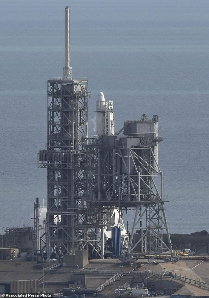 SpaceX猎鹰9号火箭从美国佛罗里达州发射台升空