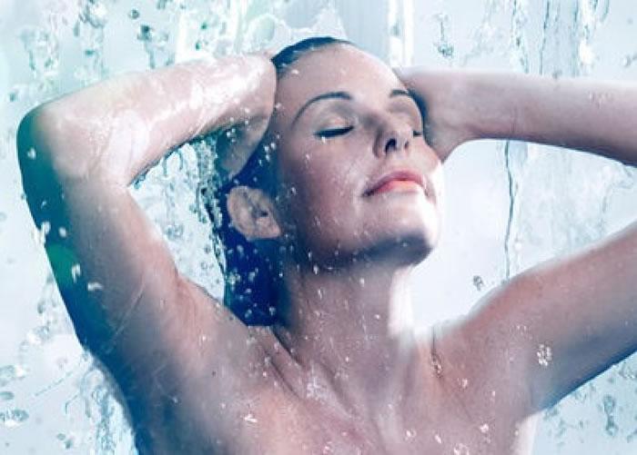 不少人在早上上班前都会洗澡提神。