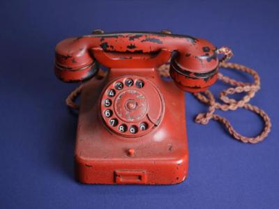 杀人电话:二次世界大战期间纳粹德国元首希特勒曾经使用的旧电话以24万美元高价卖出