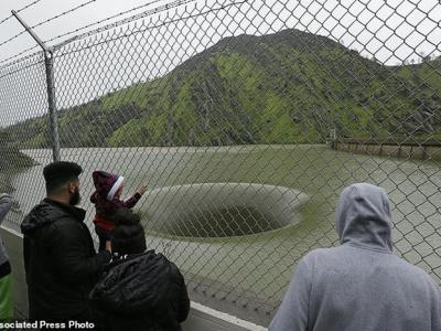 美国加州久旱后终于降暴雨 伯耶萨湖出现巨型漩涡黑洞