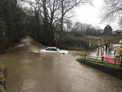 错信卫星导航 英国威尔斯男子驾车闯河道被困