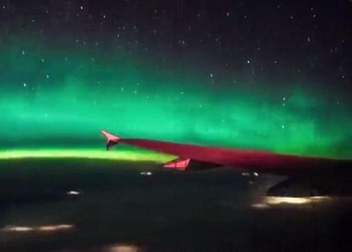 飞机乘客遇奇景 加拿大上空看北极光