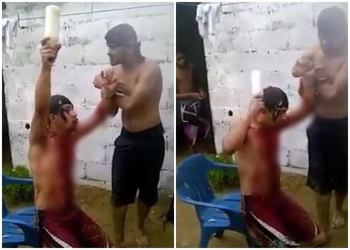 男子(左)用瓶子猛敲自己的头部。