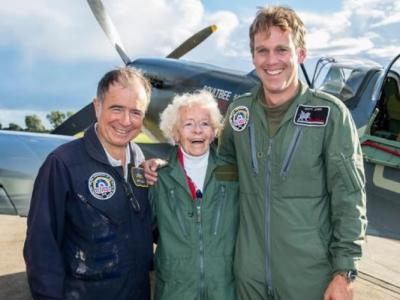 英国百岁二战女机师 驾战机翱翔天际庆生日