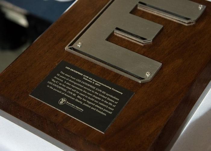 企业号部分钢材用来打造一块纪念牌匾。