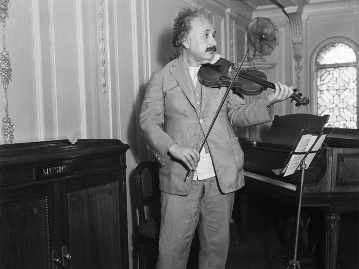 据说爱因斯坦有优美的琴艺,也特别喜爱莫札特的奏鸣曲。 Photograph by Bettmann Archive