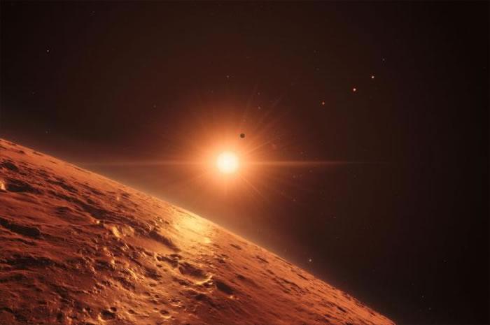 这幅绘图想像从TRAPPIST-1恒星系统中的一颗行星往外看的景象,这颗恒星拥有七颗和地球大小相近的行星。 ILLUSTRATION BY M. KORNMES