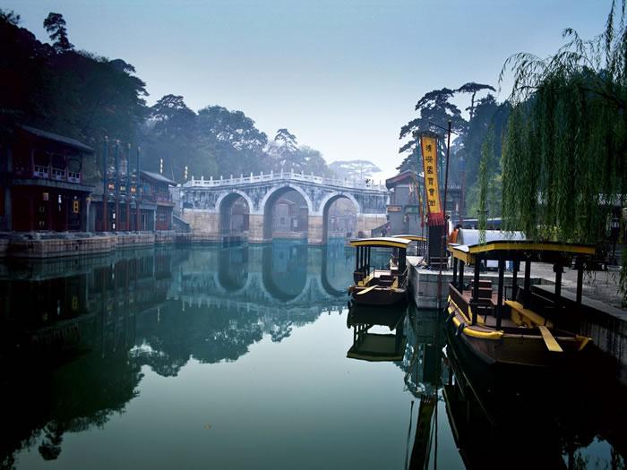 北京颐和园(新夏宫)于1886年为慈禧太后重修;旧夏宫圆明园于1860年第二次鸦片战争(英法联军)中烧毁。 PHOTOGRAPH BY JTB PHOTO/AG