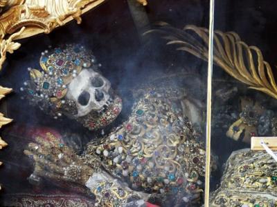 德国慕尼黑附近巴伐利亚教堂尊奉着2000年历史骸骨 镶宝石穿黄金衣