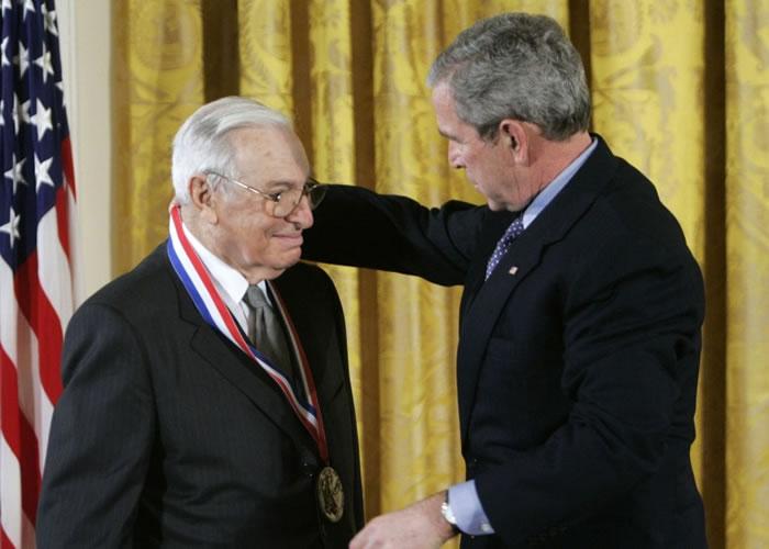 阿罗(左)曾获美国前总统小布殊(右)颁国家科学奖章。(资料图片)