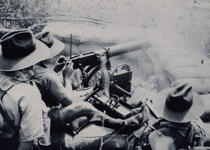 守军士兵以防空机枪射击空中目标。