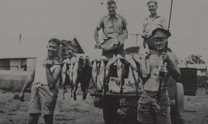 士兵在战斗中不忘娱乐,钓获不少鱼。