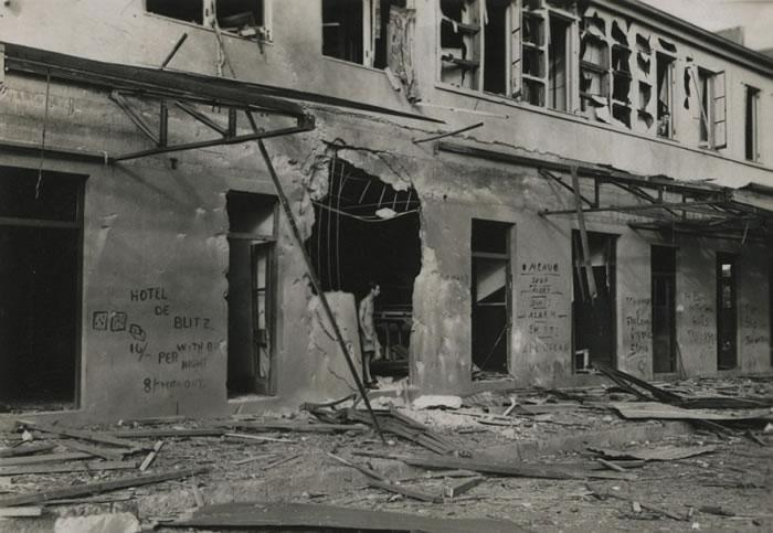 空袭过后,地面多栋建筑物被毁,满目疮痍。