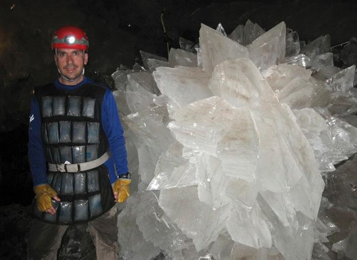 洞内有很多大型结晶体。
