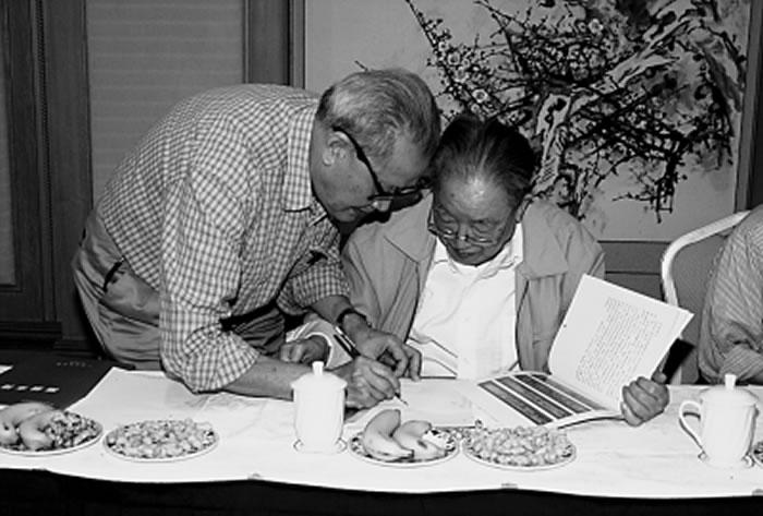 2005年5月,麦英豪(左)向宿白先生请教南越国宫署遗址最近考古成果。