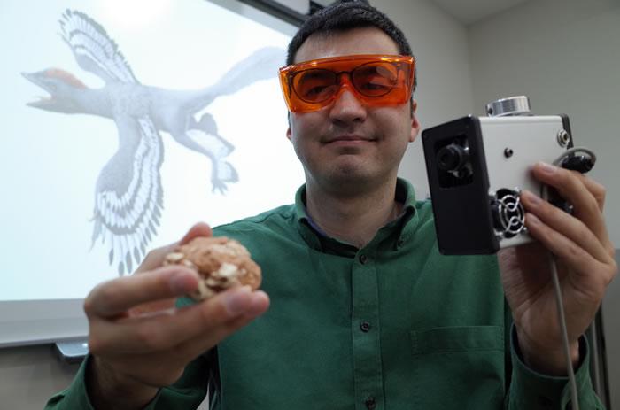港大地球科学系助理教授文嘉棋利用新激光器材(右),扫描分析恐龙化石(左)/大公报记者唐晓明摄
