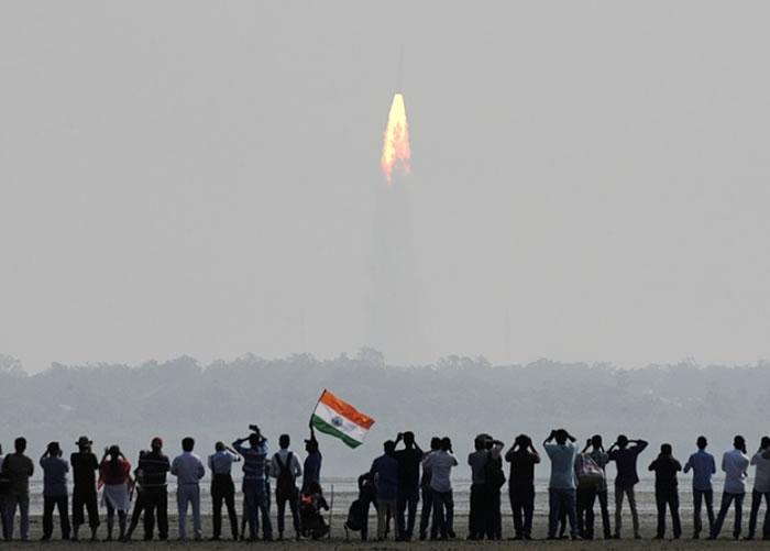 大批民众在发射场附近观看火箭发射升空。