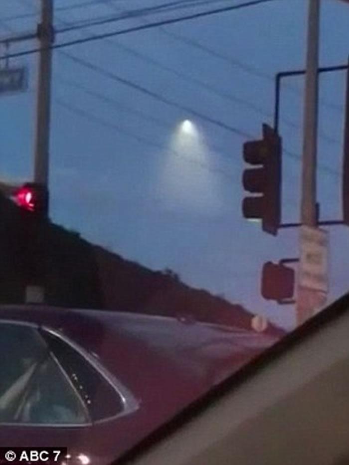 美国加州凌晨夜空有神秘UFO飞行 原来光球是美军战略核潜艇试射潜射弹道导弹