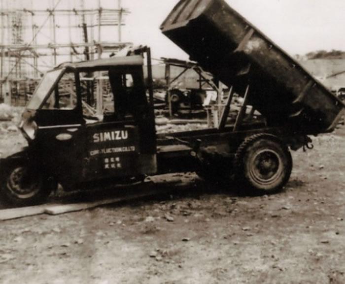 图为当年小货车运送烧煤时的情况。