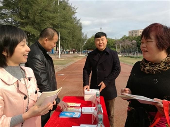 6日上午,市国土资源局联合相关部门在中山广场开展《河源市恐龙地质遗迹保护条例》宣传活动。