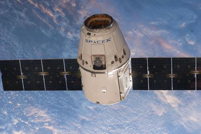 这艘无人的天龙号(Dragon)太空舱正在前往国际太空站,总有一天人类也会搭着它航向太空。 PHOTOGRAPH BY NASA