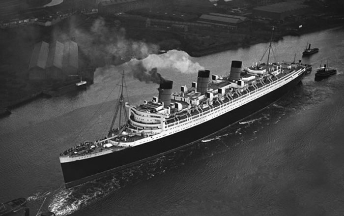 1936年就开始载客的皇后玛莉号,退役后一直停靠在长堤港边,成为观光景点。