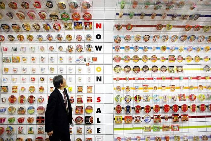 泡面隧道展示了大约800种泡面包装,让人一览泡面几十年来的演进。 PHOTOGRAPH BY JUNKO KIMURA, GETTY IMAGES