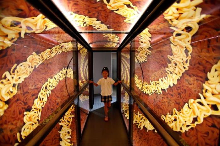 到东京旅行的人可以到新横滨拉面博物馆,看看那里的速食杯面公园。 PHOTOGRAPH BY YURIKO NAKAO, REUTERS/ALAMY STOCK