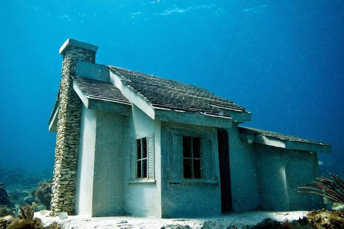 坎昆的水下博物馆是英国艺术家泰勒(Jason deCaires Taylor)与生物学家合作的计画;泰勒在水底建造一座「都会堡礁」,蕴孕丰富的海洋生物。 PHO