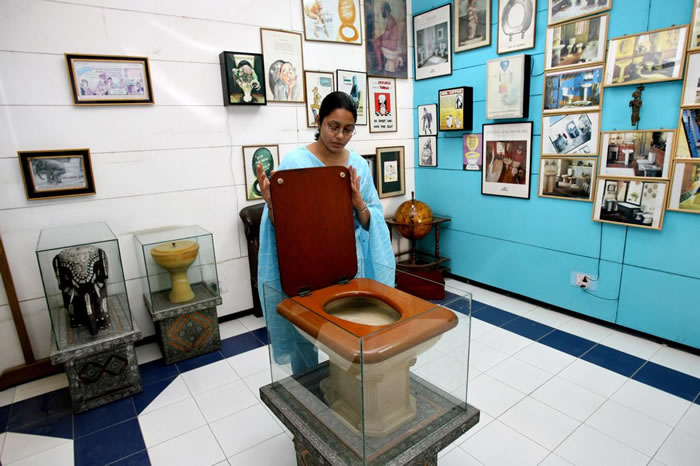 马桶博物馆员工展示1930年代的古老马桶。 PHOTOGRAPH BY RAVEENDRAN, AFP/GETTY IMAGES