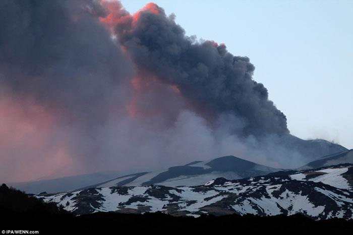 意大利西西里埃特纳火山 岩浆流入积雪引起爆炸10人伤
