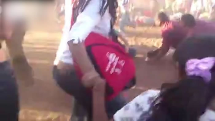 拍摄者亦被撞倒在地。