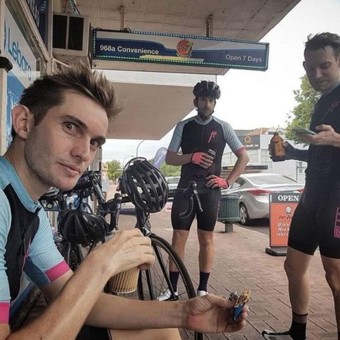 单车手们途中只有在饮食、上厕所及为车軚充气时停下休息。