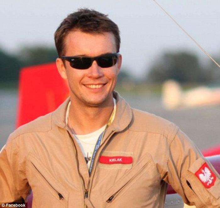 波兰机师Artur Kielak将自己强风下降落波音737客机的情形在facebook全程直播