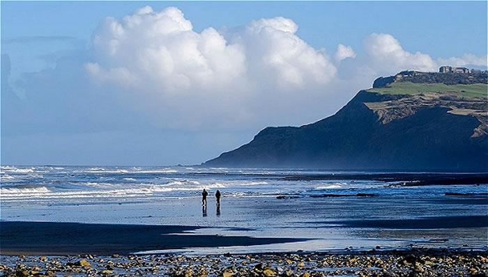 期望着异龙的出现……勘探者们正在Ravenscar博格霍尔的沙滩上寻觅恐龙化石。 图片来源:Tony Bartholomew