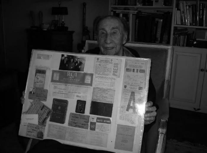 布里亚手执当年报道纳粹德军投降的报道。